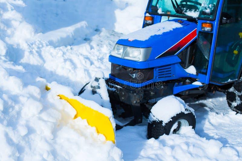 Η μπλε χιονόμπαλα καταργεί χιόνι, χειμώνα, δρόμο μετά τη χιονόπτωση, κάθετη στοκ φωτογραφία με δικαίωμα ελεύθερης χρήσης