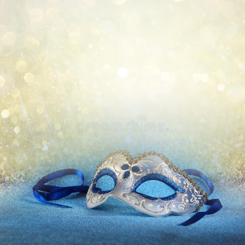 Η μπλε θηλυκή μάσκα καρναβαλιού και ακτινοβολεί υπόβαθρο με ακτινοβολήστε επικάλυψη στοκ φωτογραφία με δικαίωμα ελεύθερης χρήσης