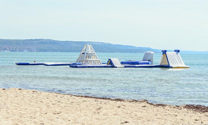 Η μπλε φωτογραφική διαφάνεια νερού στην παραλία θάλασσας, το παιχνίδι παιδιών και την περιοχή άλματος, κλείνει επάνω στοκ φωτογραφία με δικαίωμα ελεύθερης χρήσης