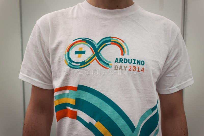 Η μπλούζα Arduino στο ρομπότ και οι κατασκευαστές παρουσιάζουν στοκ εικόνες με δικαίωμα ελεύθερης χρήσης