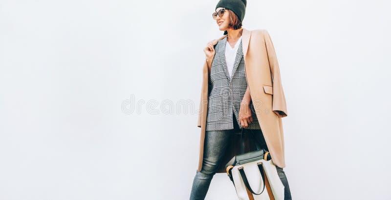 Η μόδα οδών κοιτάζει Η γυναίκα έντυσε στην πολυστρωματική εξάρτηση για τις ημέρες φθινοπώρου στοκ φωτογραφία με δικαίωμα ελεύθερης χρήσης