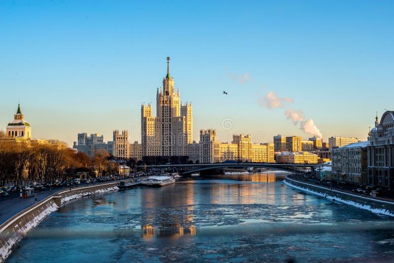 Η Μόσχα είναι η ομορφότερη πόλη στη γη - Κρεμλίνο, καθεδρικός ναός και κατοικημένο τέταρτο της πόλης της Μόσχας στοκ φωτογραφία με δικαίωμα ελεύθερης χρήσης