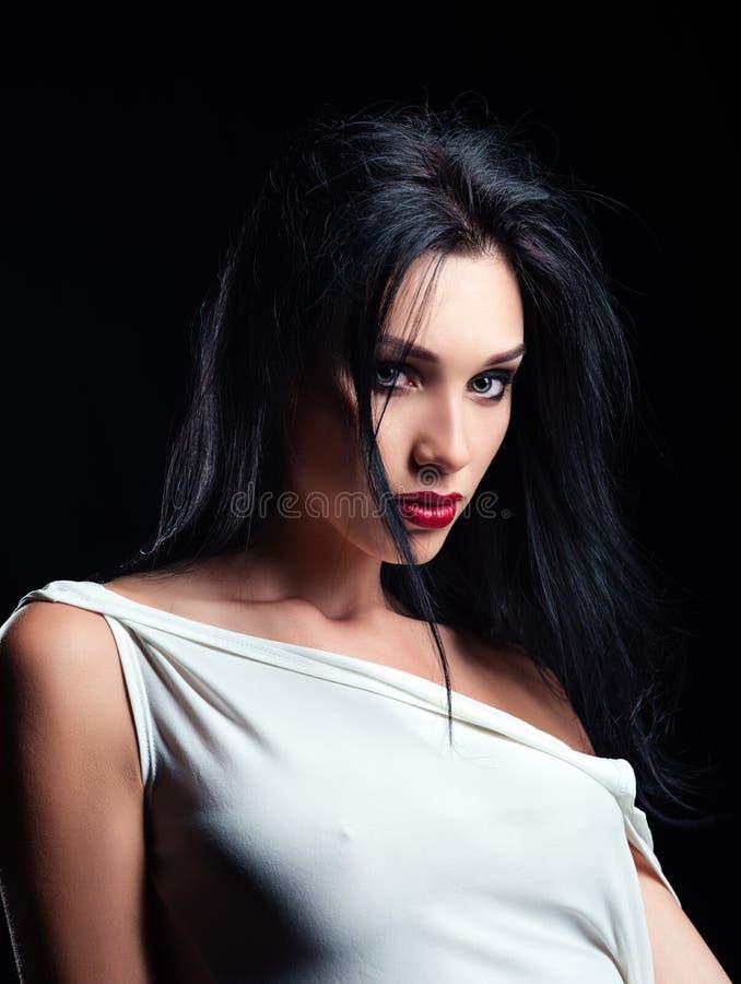 Η μόδα στούντιο πυροβόλησε: πορτρέτο της όμορφης νέας γυναίκας στοκ εικόνα
