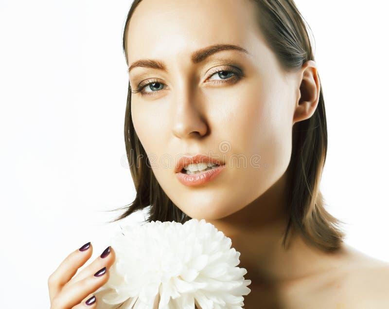 Η νέα αρκετά καυκάσια γυναίκα με τη μεγάλη έννοια SPA κρίνων λουλουδιών απομόνωσε άσπρο στενό σε επάνω στοκ φωτογραφίες