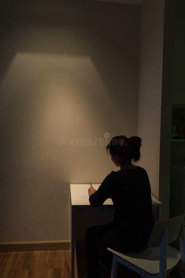 Η νέα ασιατική γυναίκα πάσχει μόνο από μια βαριά κατάθλιψη λ στοκ εικόνες