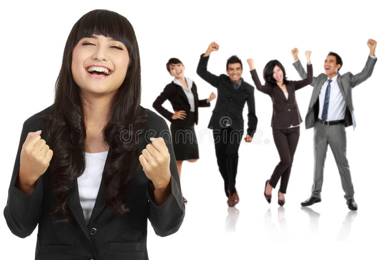 Η νέα ασιατική επιχειρηματίας με την ομάδα της πίσω, κάνει μια επιτυχία γ στοκ εικόνες
