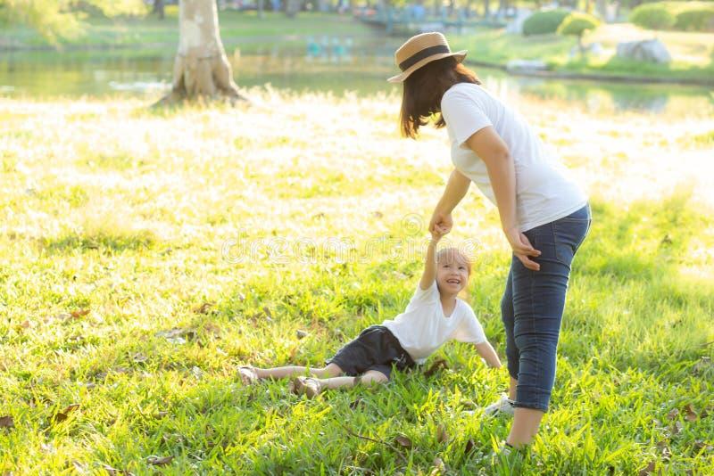 Η νέα ασιατική μητέρα και λίγη κόρη που παίζουν το πάρκο με τη διασκέδαση και την ευτυχία, οικογένεια απολαμβάνουν και χαλαρώνουν στοκ εικόνες