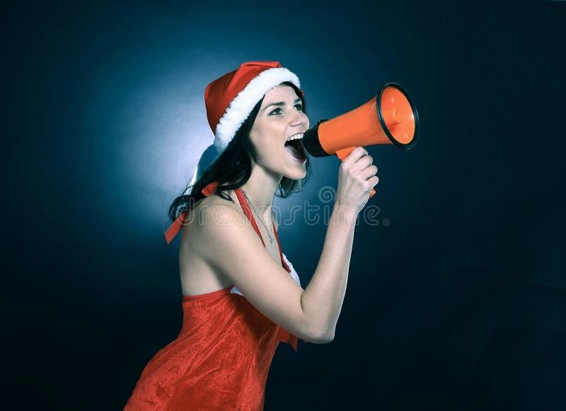 Η νέα γυναίκα έντυσε ως Άγιος Βασίλης που φωνάζει megaphone στοκ φωτογραφία με δικαίωμα ελεύθερης χρήσης