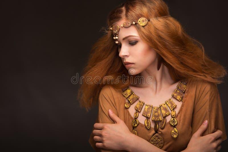 Η νέα γυναίκα έντυσε ως Αμαζώνες στοκ φωτογραφίες