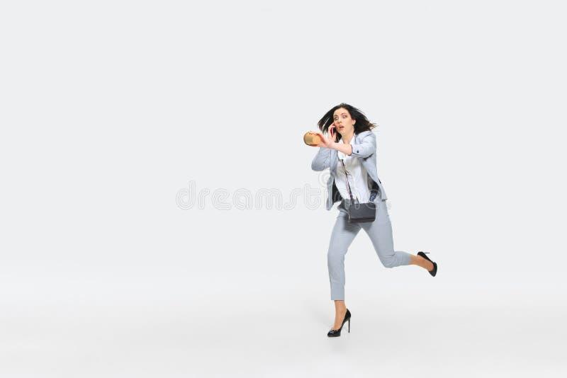 Η νέα γυναίκα έρχεται αργά για την εργασία στοκ φωτογραφία με δικαίωμα ελεύθερης χρήσης