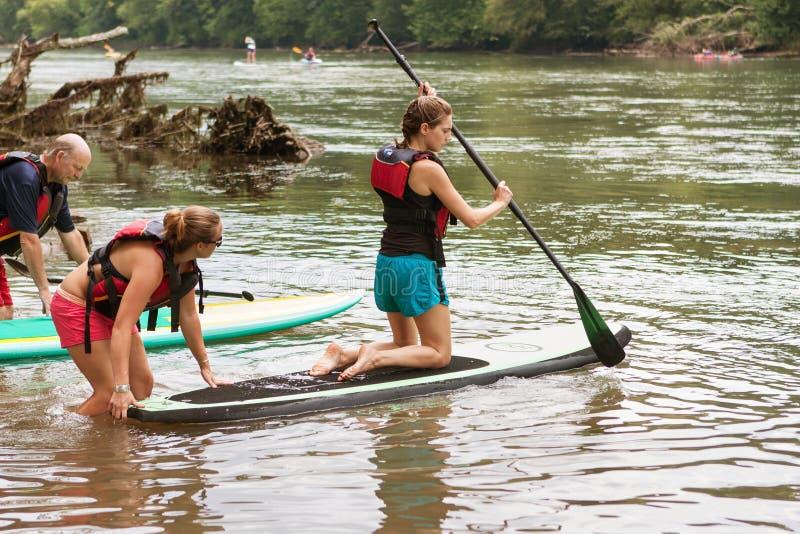 Η νέα γυναίκα γονατίζει σε Paddleboard στον ποταμό Chattahoochee στοκ εικόνες με δικαίωμα ελεύθερης χρήσης