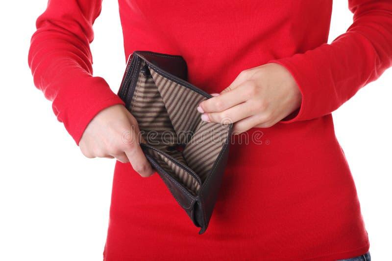 Η νέα γυναίκα εμφανίζει κενό πορτοφόλι της. στοκ εικόνα