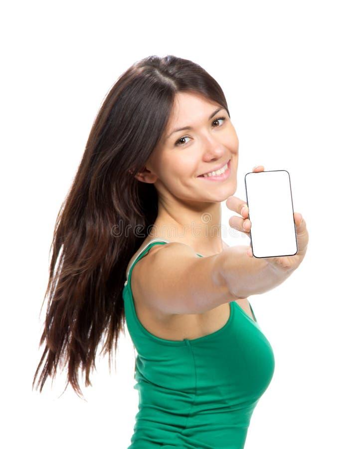 Η νέα γυναίκα εμφανίζει παρουσίαση του κινητού τηλεφώνου κυττάρων με τη μαύρη οθόνη στοκ φωτογραφία