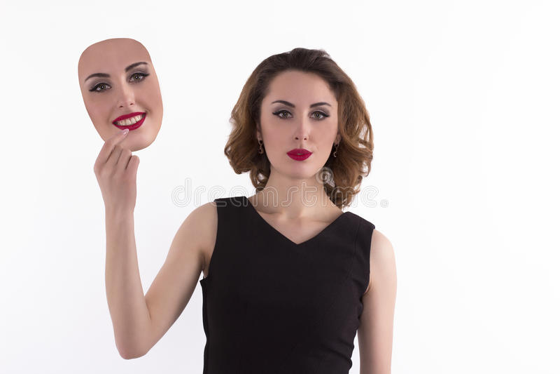 Η νέα γυναίκα επιλέγει μια μάσκα στοκ εικόνες