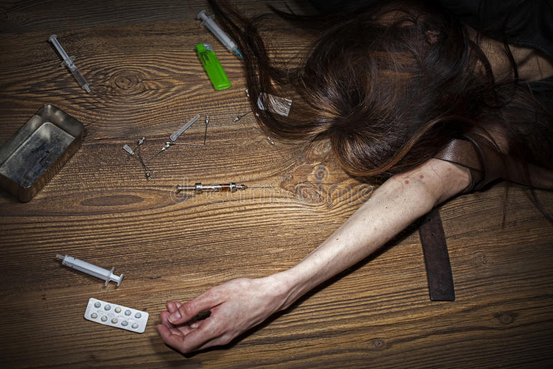 Η νέα γυναίκα θέτει ως τοξικομανής στοκ φωτογραφία με δικαίωμα ελεύθερης χρήσης