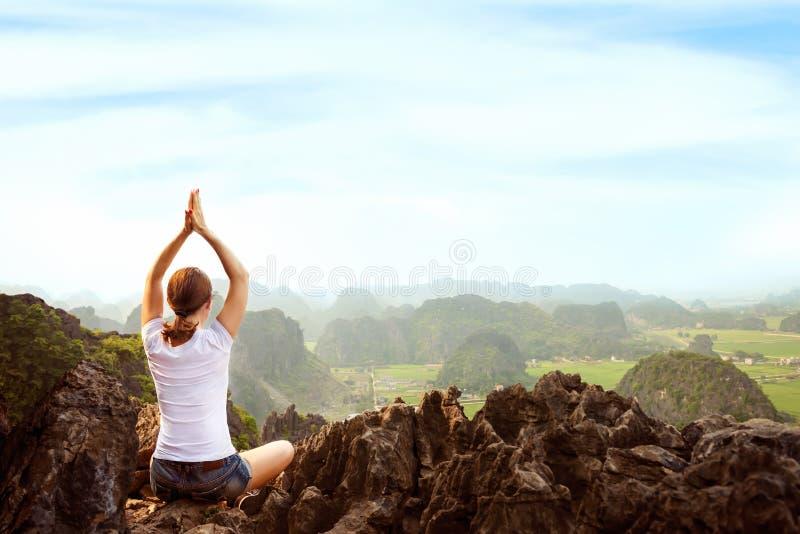 Η νέα γυναίκα κρατά ήρεμος και meditates εν ενεργεία τη γιόγκα στοκ εικόνες με δικαίωμα ελεύθερης χρήσης