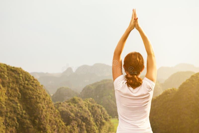 Η νέα γυναίκα κρατά ήρεμος και meditates εν ενεργεία τη γιόγκα στοκ φωτογραφία με δικαίωμα ελεύθερης χρήσης