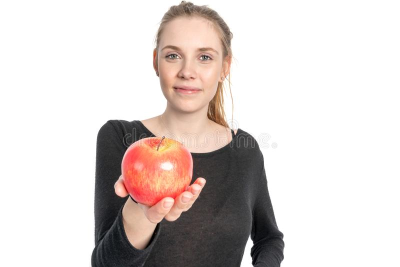 Η νέα γυναίκα κρατά ότι ένα μήλο σε την το χέρι και το χαμόγελο στοκ εικόνα με δικαίωμα ελεύθερης χρήσης