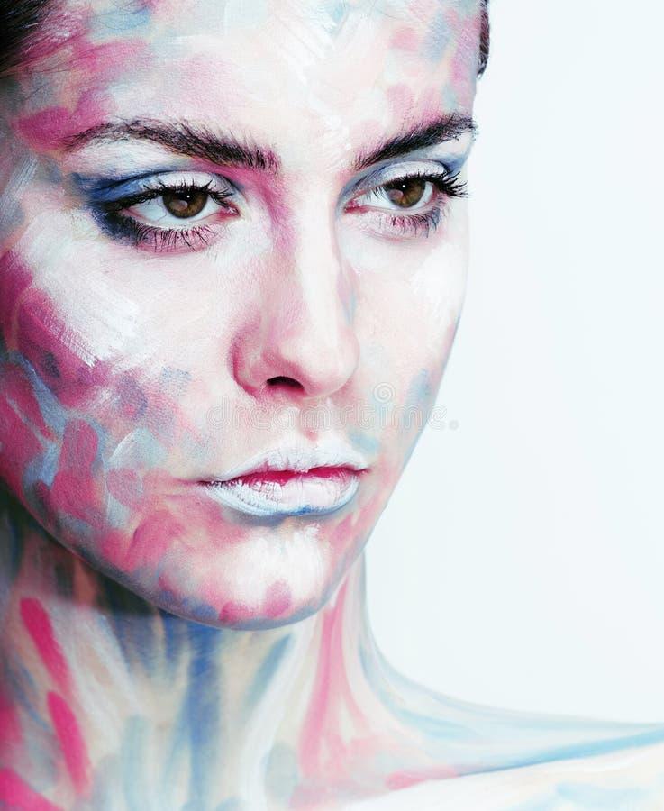 Η νέα γυναίκα με δημιουργικό αποτελεί όπως τη χρωματισμένη εικόνα πετρελαίου στο FA στοκ εικόνα με δικαίωμα ελεύθερης χρήσης