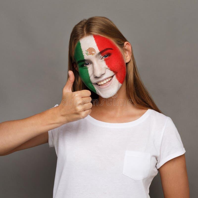 Η νέα γυναίκα με τη σημαία Mexica χρωμάτισε στο πρόσωπό της στοκ φωτογραφία με δικαίωμα ελεύθερης χρήσης