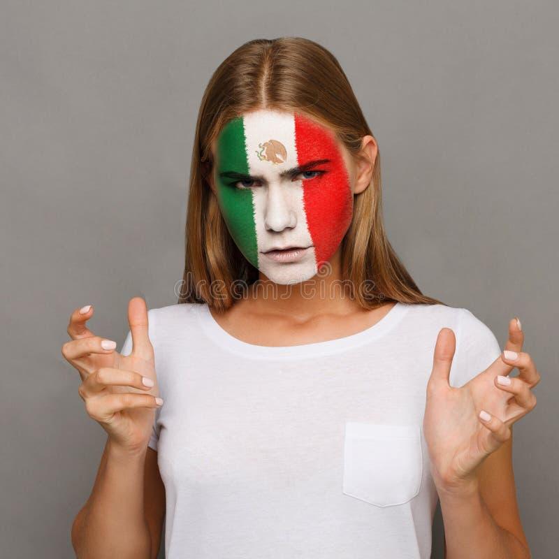 Η νέα γυναίκα με τη σημαία Mexica χρωμάτισε στο πρόσωπό της στοκ εικόνες με δικαίωμα ελεύθερης χρήσης