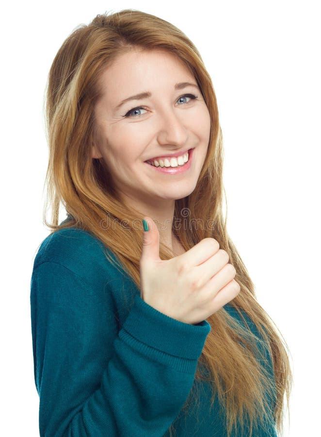 Η νέα γυναίκα παρουσιάζει αντίχειρα επάνω στη χειρονομία στοκ εικόνες