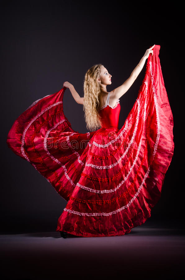 Η νέα γυναίκα που χορεύει στο κόκκινο φόρεμα στοκ φωτογραφία με δικαίωμα ελεύθερης χρήσης