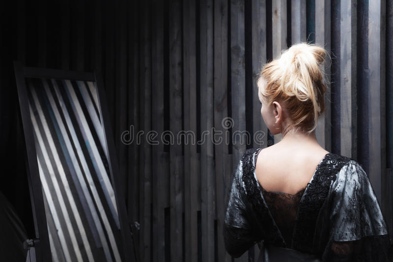 Η νέα γυναίκα προσπαθεί στο φόρεμα στοκ εικόνες με δικαίωμα ελεύθερης χρήσης