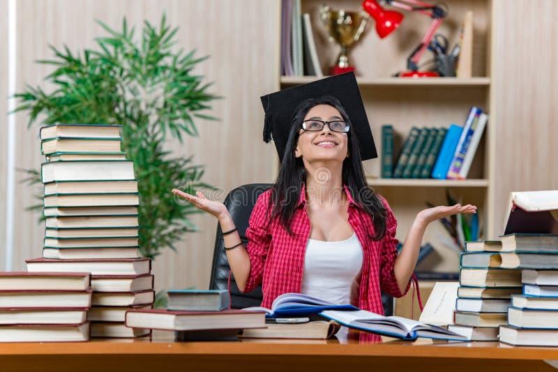 Η νέα γυναίκα σπουδαστής που προετοιμάζεται για τους σχολικούς διαγωνισμούς κολλεγίων στοκ εικόνα