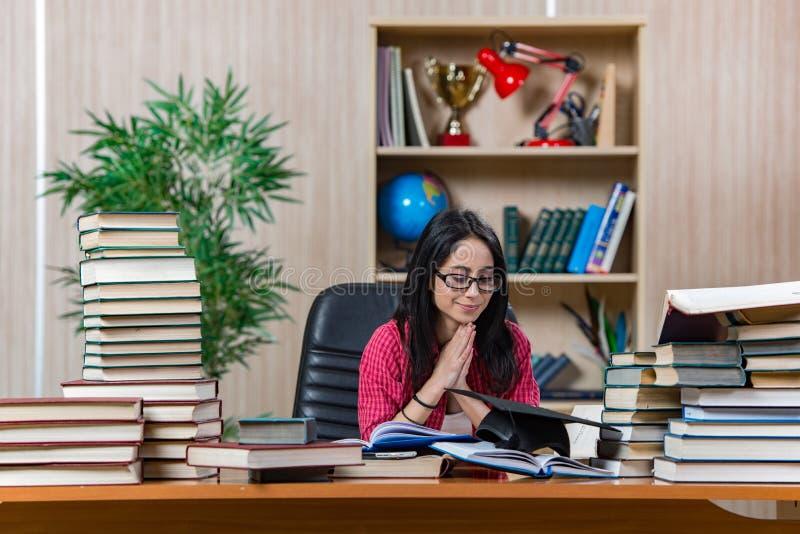 Η νέα γυναίκα σπουδαστής που προετοιμάζεται για τους σχολικούς διαγωνισμούς κολλεγίων στοκ φωτογραφία
