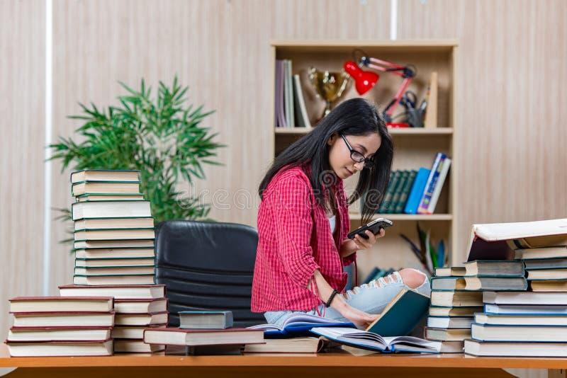 Η νέα γυναίκα σπουδαστής που προετοιμάζεται για τους σχολικούς διαγωνισμούς κολλεγίων στοκ εικόνες