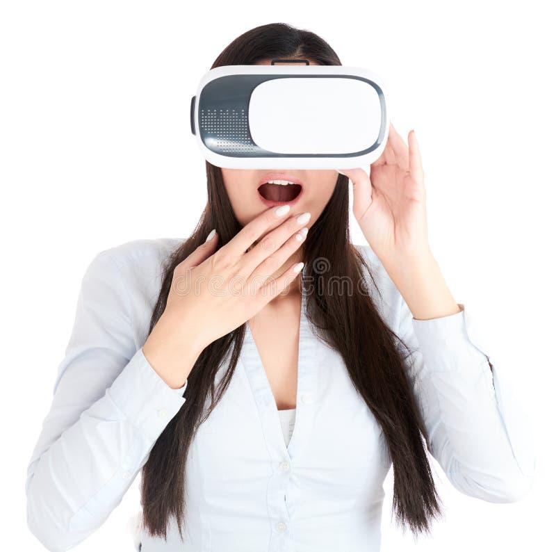 Η νέα γυναίκα χρησιμοποιεί την κάσκα VR στο άσπρο υπόβαθρο στοκ εικόνα με δικαίωμα ελεύθερης χρήσης