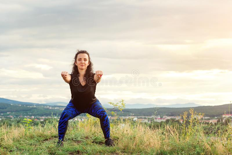 Η νέα γυναίκα workout στη φύση Κορίτσι αθλητριών υπαίθρια Θηλυκό κορίτσι ικανότητας που κάνει τις αθλητικές ασκήσεις στο θερινό χ στοκ εικόνες με δικαίωμα ελεύθερης χρήσης