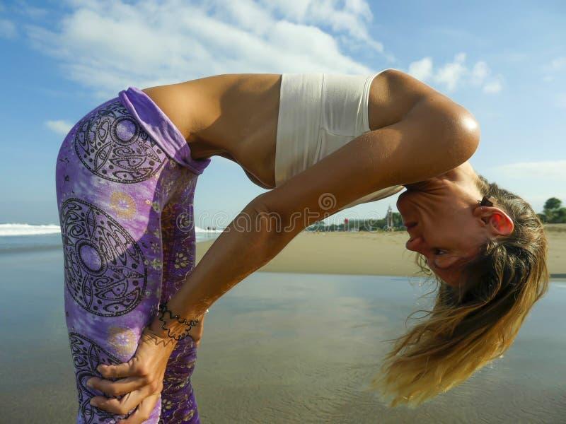 Η νέα ελκυστική και αθλητική μεμβρανοειδής γυναίκα που κάνει την άσκηση αναπνοής στομαχιών γιόγκας συγκεντρώθηκε και στράφηκε στη στοκ φωτογραφία με δικαίωμα ελεύθερης χρήσης