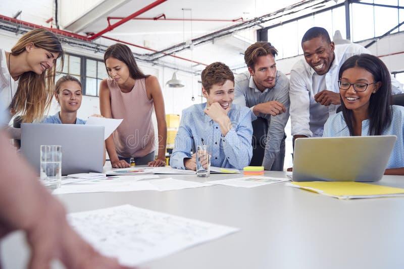 Η νέα επιχειρησιακή ομάδα σύλλεξε περίπου δύο lap-top σε ένα γραφείο στοκ φωτογραφία