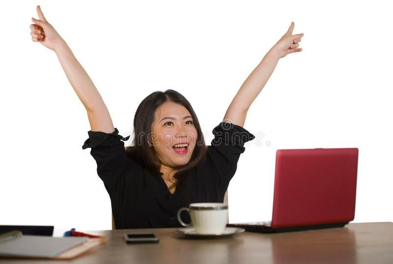 Η νέα ευτυχής και όμορφη ασιατική ιαπωνική επιχειρησιακή γυναίκα που γιορτάζει το επιτυχές επίτευγμα εργασίας διέγειρε την αύξηση στοκ εικόνα