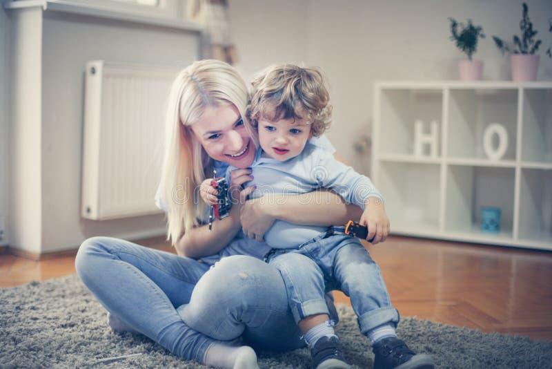 Η νέα ευτυχής μητέρα έχει το παιχνίδι με το γιο της στοκ φωτογραφία με δικαίωμα ελεύθερης χρήσης