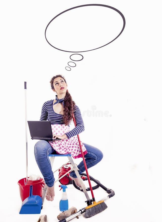Η νέα και όμορφη νοικοκυρά σκέφτεται κάτι αστείο στοκ εικόνα με δικαίωμα ελεύθερης χρήσης