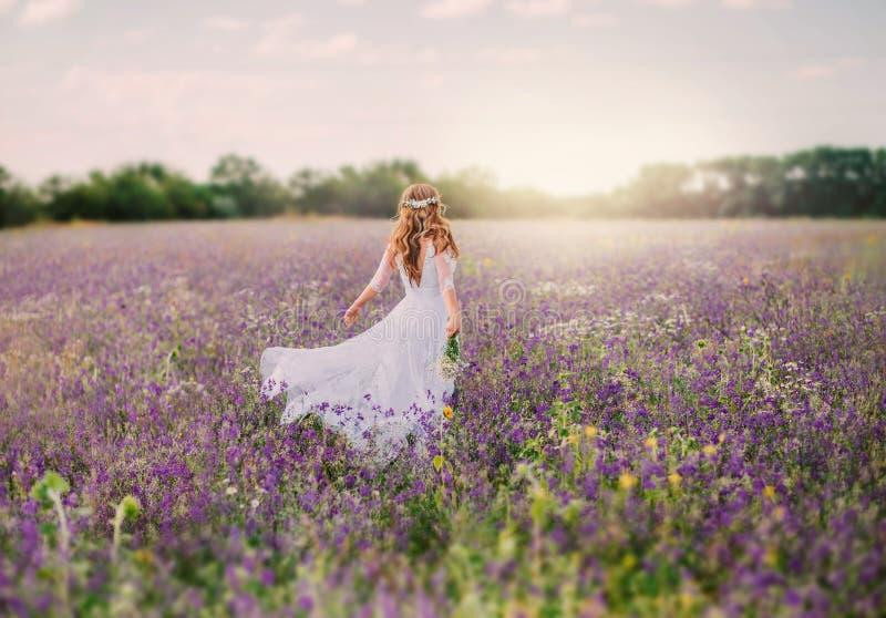 Η νέα κυρία έντυσε σε ένα κομψό μακρύ άσπρο φόρεμα με τα διαφανή μανίκια και, με ένα τακτοποιημένο hairstyle των ξανθών μαλλιών στοκ φωτογραφία με δικαίωμα ελεύθερης χρήσης