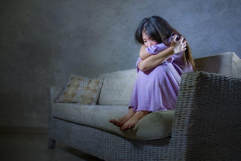 Η νέα λυπημένη και καταθλιπτική ασιατική κορεατική γυναίκα που φωνάζει μόνο απελπισμένο και που ανησυχεί στον καναπέ καναπέδων συ στοκ φωτογραφίες με δικαίωμα ελεύθερης χρήσης