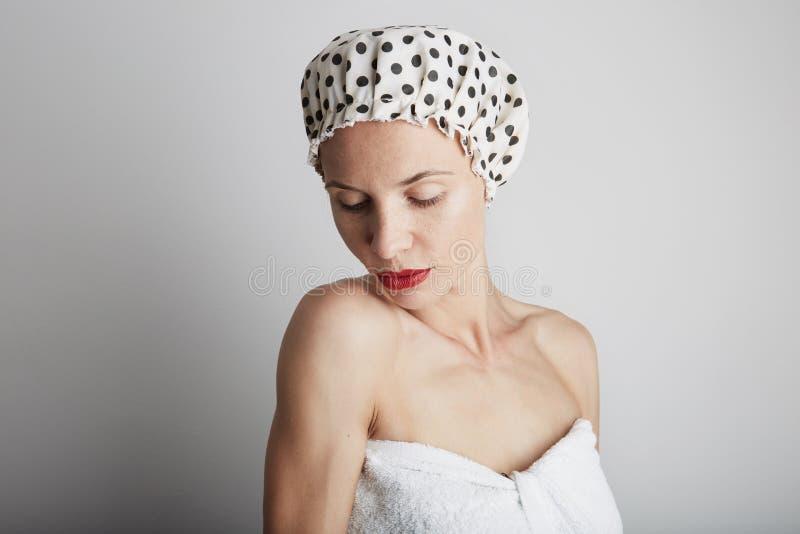 Η νέα μετάβαση εφήβων αισθησιασμού όμορφη παίρνει το ντους στοκ εικόνες