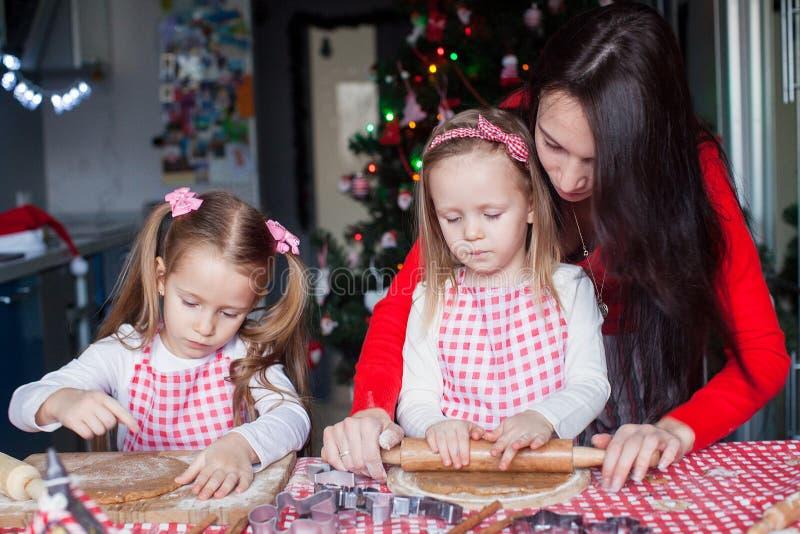Η νέα μητέρα με τα μικρά χαριτωμένα κορίτσια ψήνει τα Χριστούγεννα στοκ φωτογραφία με δικαίωμα ελεύθερης χρήσης