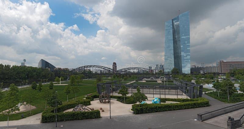 Η νέα οικοδόμηση της Ευρωπαϊκής Κεντρικής Τράπεζας στη Φρανκφούρτη Γερμανία με τις εξωτερικές εγκαταστάσεις στοκ φωτογραφία με δικαίωμα ελεύθερης χρήσης