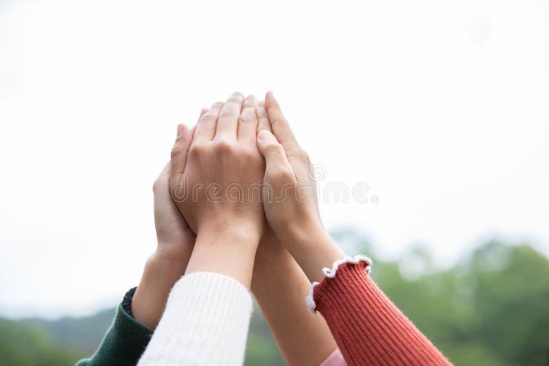 Η νέα ομάδα είναι ενώνει τα χέρια για να απασχοληθεί στην επιτυχία εργασίας, χέρια, που συμβολίζουν τα χέρια στην ενότητα και την στοκ φωτογραφία με δικαίωμα ελεύθερης χρήσης