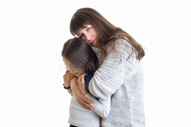 Η νέα προσφορά mom αγκαλιάζει το παιδί της στο στούντιο στοκ εικόνα