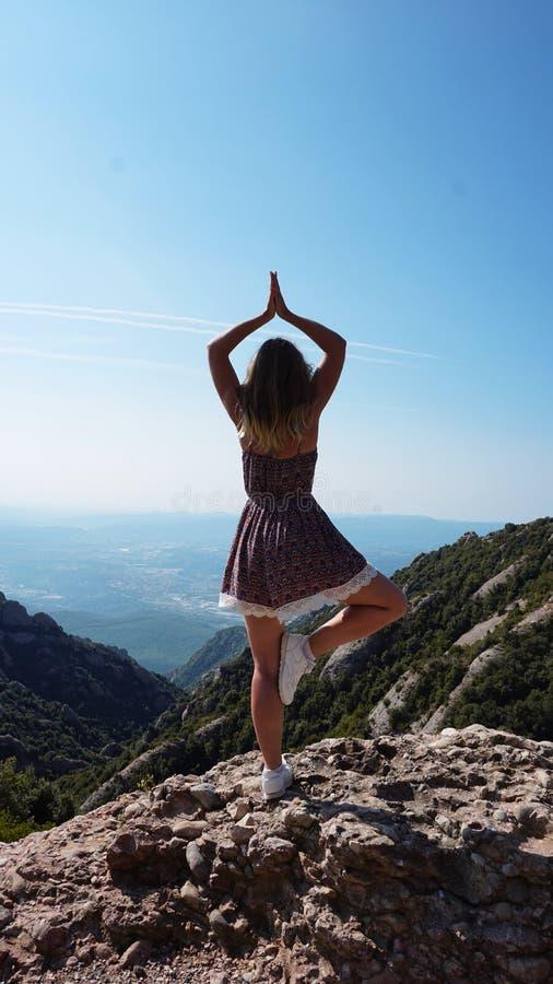 Η νέα στάση γυναικών σε μια γιόγκα θέτει - βουνά του Μοντσερράτ στοκ εικόνες με δικαίωμα ελεύθερης χρήσης