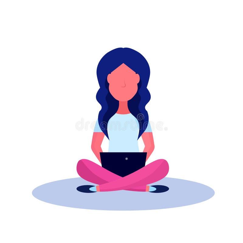 Η νέα συνεδρίαση γυναικών θέτει απομονωμένος χρησιμοποιώντας lap-top το θηλυκό επίπεδο μήκους χαρακτήρα κινουμένων σχεδίων πλήρες διανυσματική απεικόνιση