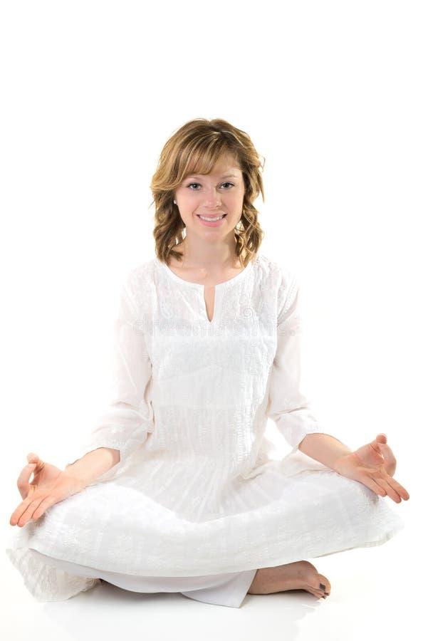 Η νέα συνεδρίαση γυναικών σε στοχαστικό θέτει σε μια άσπρη ανασκόπηση στοκ φωτογραφία με δικαίωμα ελεύθερης χρήσης
