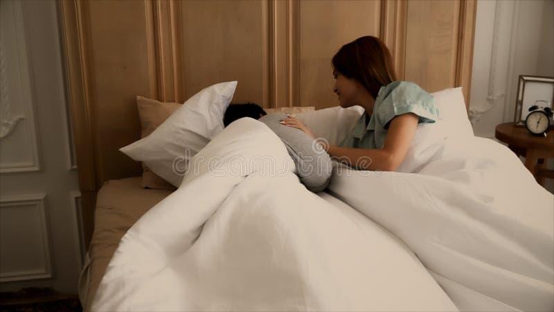 Η νέα σύζυγος ξύπνησε το σύζυγό της ξυπνήστε όταν αργά στοκ φωτογραφία με δικαίωμα ελεύθερης χρήσης