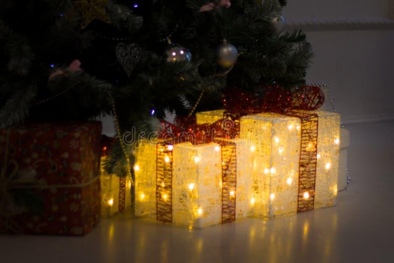 Η νέα σύνθεση έτους με το χριστουγεννιάτικο δέντρο και παρουσιάζει τα κιβώτια δώρων - διακοπές, έννοια χειμώνα και εορτασμού στοκ εικόνες